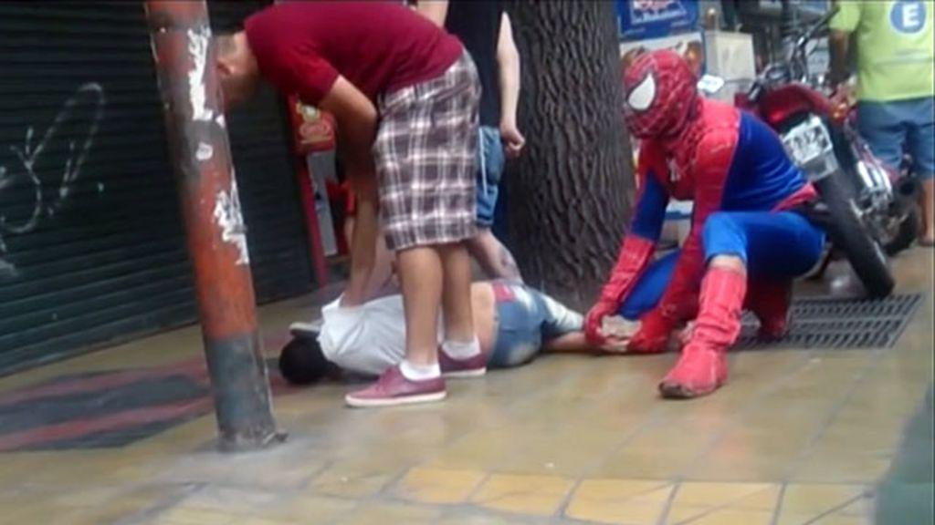 'Homem-aranha' imobiliza assaltante na Argentina - BBC Brasil
