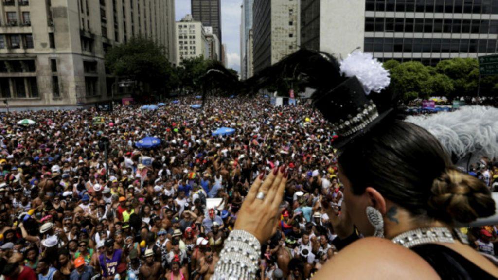 Medo do zika não atrapalha Carnaval Brasil afora - BBC Brasil