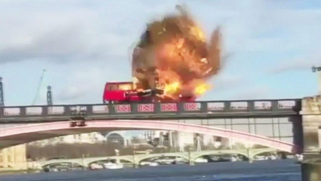 Ônibus explode no centro de Londres em gravação de filme de ação