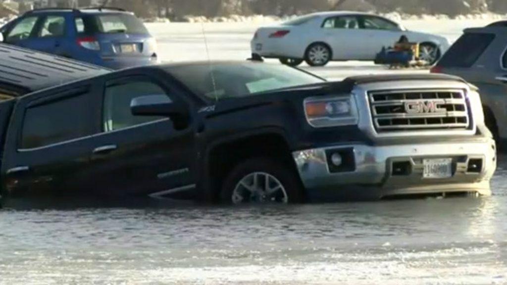 Lago congelado usado como estacionamento derrete e dezenas de ...