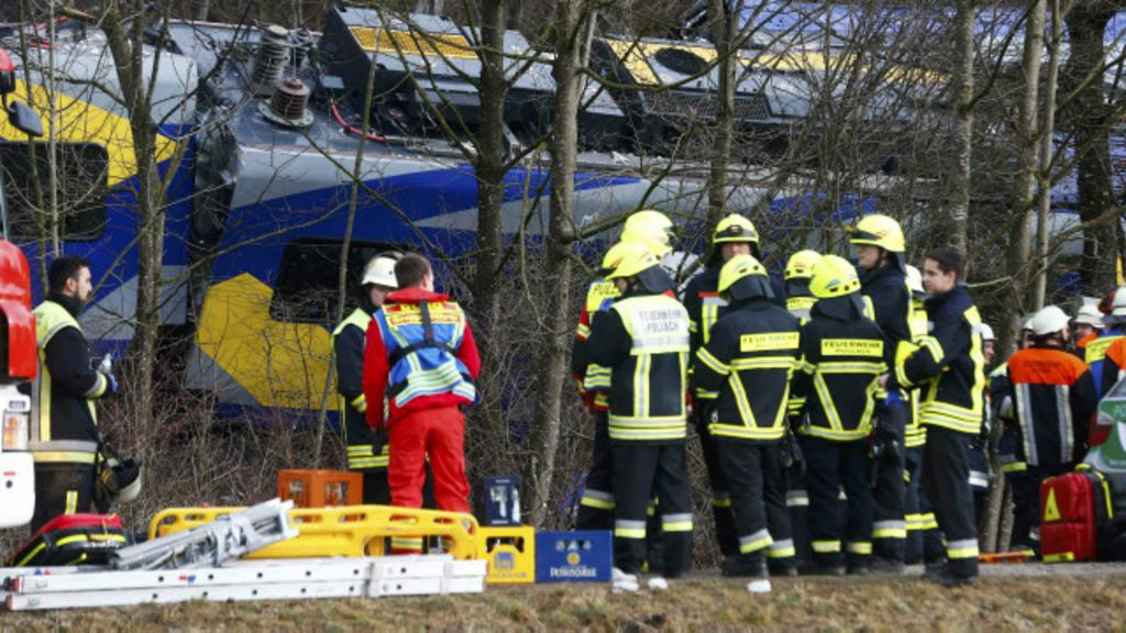Choque de trens mata pelo menos 10 e fere dezenas na Alemanha ...