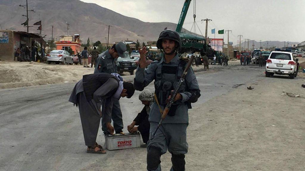 Afganistan'da polis konvoyuna saldırı Onlarca ölü