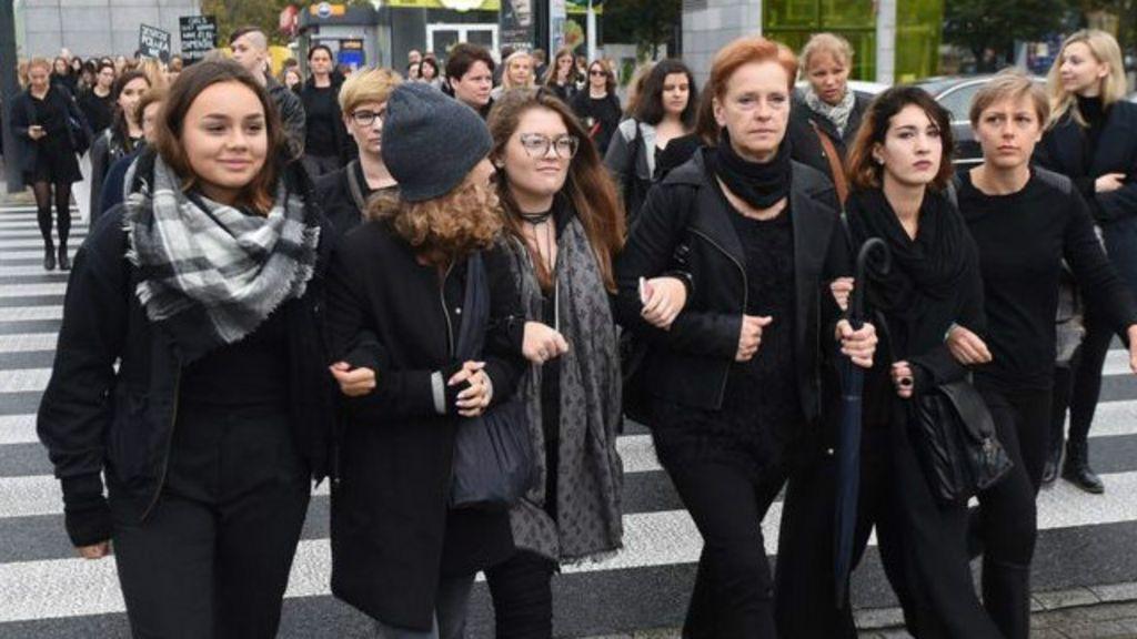 Perempuan Polandia Mogok Kerja Menentang Larangan Total Bbc