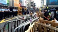 香港旺角彌敦道口警員列隊站崗(BBC中文網圖片26/11/2014)