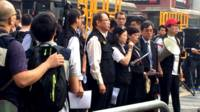 香港法院執達主任在旺角彌敦道口宣讀禁制令(BBC中文網圖片26/11/2014)