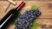 Botella de vino tinto y uvas
