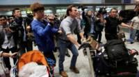 Phóng viên BBC Rupert Wingfield-Hayes tới sân bay Bắc Kinh sau khi bị Bắc Hàn trục xuất