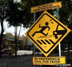 """墨西哥城交通警示牌上写着,""""行人优先。最好让人活着""""。"""
