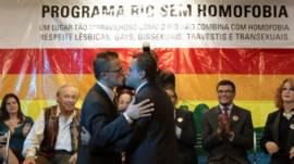 Una pareja gay se besa tras celebrar un matrimonio gay durante una ceremonia colectiva en Río de Janeiro, junio de 2011.