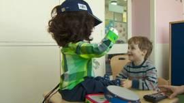 Niño con autismo juega con robot