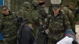 Ucranianos abandonan bases militares en Crimea