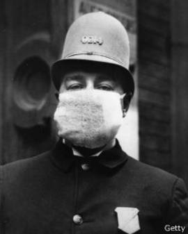 Policial americano usa máscara para se proteger da gripe espanhola