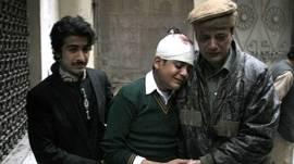 Estudante que se feriu e perdeu a mãe, uma professora, no ataque a escola em Peshawar (AP)
