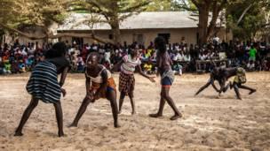 Fotógrafa mostra a cultura das mulheres lutadoras no sul do Senegal. Foto: Laeila Adjovi/BBC