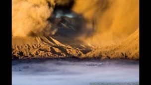 Pura di kaki Gunung Bromo karya Tim Jenka/National Geographic Traveler Photo Contest