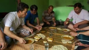 Pengungsi Afghanistan menikmati makanannya, Getty images