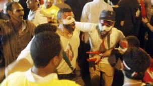 Hombres bailando en la plaza de Tahrir, Reuters.
