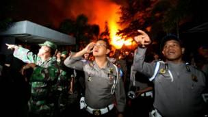 Pasukan kepolisian dan militer di luar Lapas Tanjung Gusta yang terbakar, foto oleh Binsar Bakkara, AP