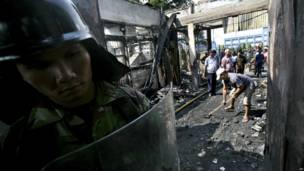 Petugas membersihkan reruntuhan kebakaran, foto oleh Binsar Bikkara, AP