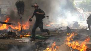 काहिरा में भागता एक मीडियाकर्मी.