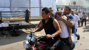 Manifestantes transportan a herido durante protesta