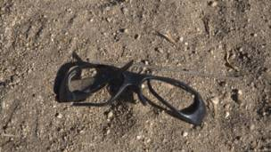 Gafas rotas halladas en el desierto