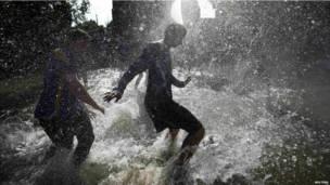 पानी पर फुटबॉल का खेल