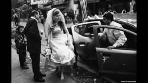 Una novia anglo-india llega a la iglesia en Calcuta. Arindam Mukherjee.