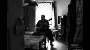 Clive Maher toca la guitarra. Arindam Mukherjee.