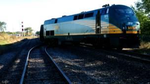कनाडा, ओटावा, ट्रेन और डबल डेकर बस की टक्कर