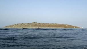 La isla que surgio del mar tras el Movimiento de tierra dibuja el litoral de Gwadar en el mar arábigo.