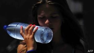 Chica con botella de agua