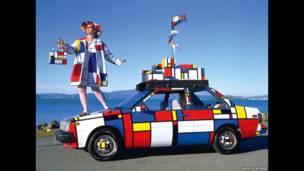Um frango feito de cascas de ovos, Kevin Bacon 'feito de bacon' e um carro invisível são apenas algumas das obras reunidas no livro 'Wild Art'