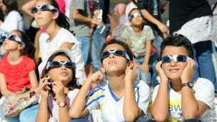 Niños miran el eclipse