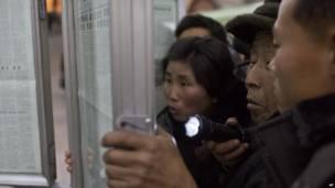 Coreanos del Norte siguen las noticias