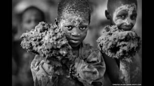 La Fete de Créppisage, festival anual en Mali. La foto muestra a niños con las manos cargadas de barro