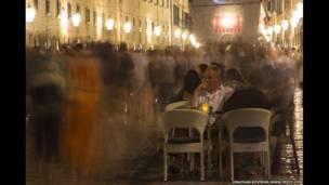 """""""La strada"""", la imagen muestra gente sentada en un café en una calle en Duvrovnik, Croacia"""