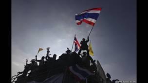 ডেমোক্রাসি মনুমেন্টে থাই জাতীয় পতাকা নিয়ে ট্রাকে বিক্ষোভকারী
