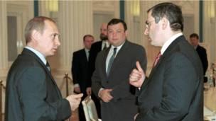 व्लादिमिर पुतिन से बात करते हुए मिखाईल खोदोरकोफ़्स्की