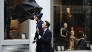 Hombre con paraguas dado vuelta. Foto: Reuters