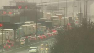 Vehículos atascados en la carretera. Foto: BBC.