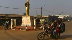 Un monument aux morts dans un quartier à majorité musulmane de Bangui (PK5), sur lequel ont été barbouillés des slogans anti-français. Photo AFP 03.04.2014
