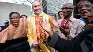 L'ancien otage, le père Georges Vandenbeusch, entouré par des paroissiens de la cathédrale de Nanterre, près de Paris après sa libération le 31 décembre. Photo AFP 05.01.2014