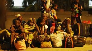Des femmes nigérianes évacuées de Bangui, attendent d'être conduites dans un camp de transit près de l'aéroport international d'Abuja. Photo Reuters 04.01.2014