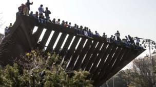 Plusieurs dizaines de milliers d'Africains ont manifesté dimanche à Tel Aviv contre les lenteurs de l'administration israélienne chargée d'examiner les demandes d'asile et contre une nouvelle loi qui permet de placer en rétention administratives les immigrés en situation irrégulière. Photo AFP 05 01 2014