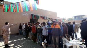 La police des frontières libyenne contrôlant les pièces d'identité d'immigrants à Tripoli. Photo AFP 04.01.2014