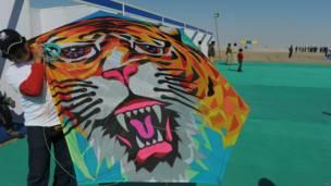 Layangan berbentuk wajah harimau