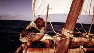 கடலில் பிடித்த பெரிய மீனுடன் மைக்