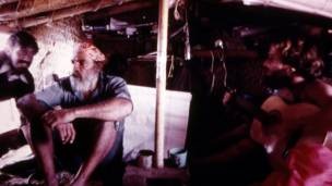 மிதவைகளில் கட்டப்பட்ட அறைகளில்குழு உறுப்பினர்கள் மூவர்