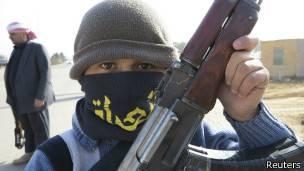 Un niño en Irak con un AK-47
